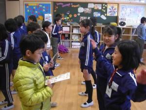 英文を聞いて,動作で表現をする子どもたち(15:25)