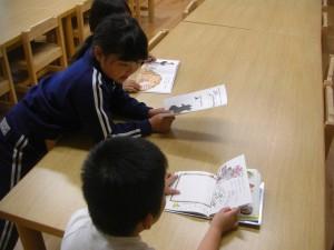 「先生 よんであげるね」と1年生の男の子が絵本のよみきかせをしてくれました(10:20)