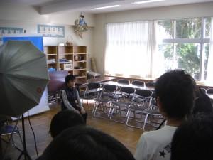 卒業アルバムの写真撮影中です。(14:05)