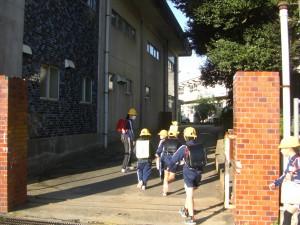 校門を通って昇降口へと向かう子どもたち(7:40)