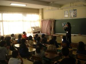 2年生の教室での本校職員による読み聞かせ(8:10)