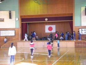 楽器などを体育館ステージに運ぶ子どもたち(8:00)