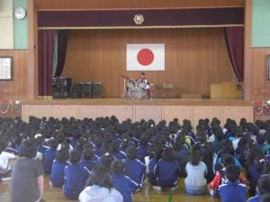 ドラムの演奏をする鈴木先生(8:25)