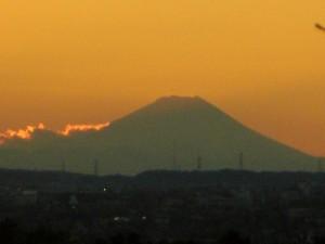 本校から見た夕焼けと富士山(16:20)
