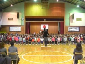 コンサートの始めに,全校児童による全校合唱を披露しました。(13:50)