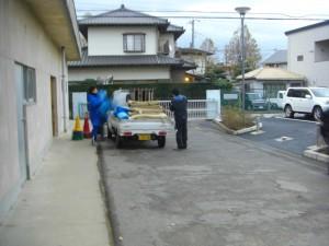 荷物運搬の準備を始める体育部職員(6:20)