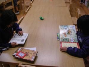絵本や歴史の本を読む子どもたち(10:20)