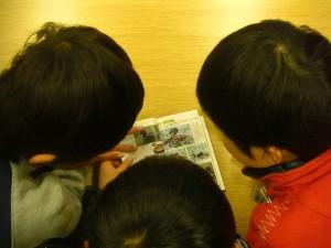 野鳥の図鑑を読む子どもたち(10:20)