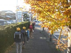 紅葉の木々の下 学校へと向かう子どもたち(7:45)