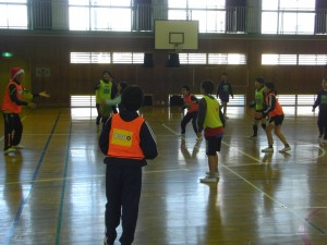 ボール運動を通して活動する子どもたちと名良橋氏(14:05)