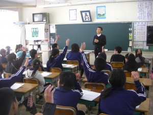「将来の夢を持っている人?」の問いかけに挙手する子どもたち(15:10)