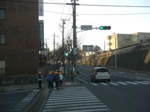 鹿島高校北交差点にて 学校へ向かう子どもたち(7:30)