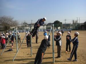 鉄棒で難度の高い技にチャレンジする子どもたち(13:20)
