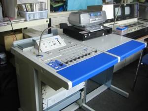 週末に搬入された新しい放送室の機器です。(7:25)