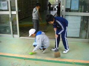 本館校舎玄関の掃除をする4年生の子どもたち(13:40)