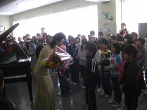 代表児童から西畑先生に花束の贈呈(11:25)