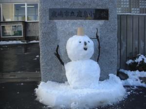 本校職員手作りの雪だるまです。(14:00)
