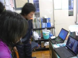 Skypeで屋久島の三宅先生と交流をする本校職員(17:15)