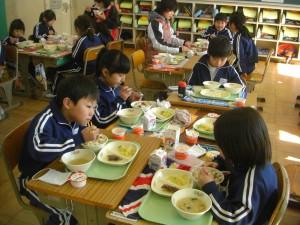 「なっとう おいしいね!」楽しい雰囲気の中で給食を食べる子どもたち(12:15)