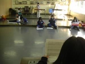 音楽室でパート毎に分かれて「となりのトトロ」の曲を練習するミュージッククラブの子どもたち(15:20)