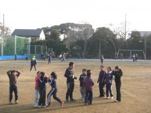 担当の先生とおにごっこ遊びを楽しむ日本伝統遊びの子どもたち(15:35)