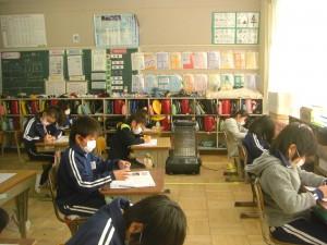 国語のテストに取り組む3年生の子どもたち(8:40)