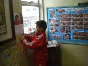 選挙用ポスターを掲示する本校児童(8:00)