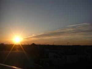 朝日と鹿島臨海工業地域の工場群(7:00)