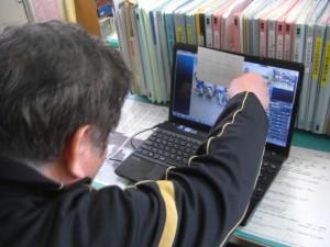 教頭先生からの写真クイズ「私と一緒に写っている人はだれでしょう?」「サッカー選手のジーコです!」ジーコは,屋久島の小学生の間でもとても有名だそうです。(13:20)