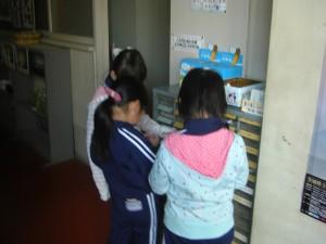 今朝も,ベルマークを持参した子どもたちが,ベルマーク収納箱にベルマークを入れる姿が見られました。(7:55)