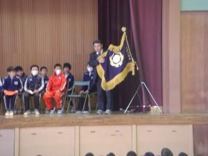 校旗のお披露目 そして校旗についてお話をする校長先生(8:15)