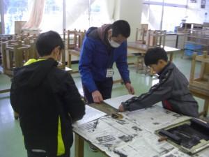 版画制作に取り組む4年生の子どもたちと本校職員(10:25)