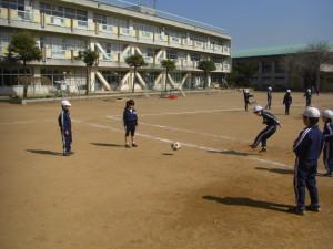 パス練習をする1組の子どもたち(11:05)