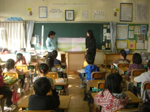 大型絵本の読み聞かせをする6年生の図書委員(8:15)