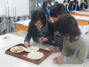桜島大根の漬物を味わう子どもたち
