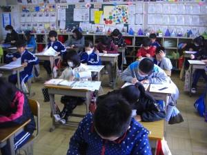 学年末テストに取り組む4年生(9:30)