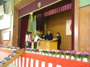 校長先生から,5年生代表児童に修了証書の授与(9:10)