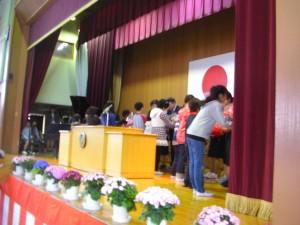 退職,転出される教職員の方々に花束贈呈(9:10)