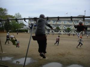 ブランコで遊ぶ6年生(10:10)