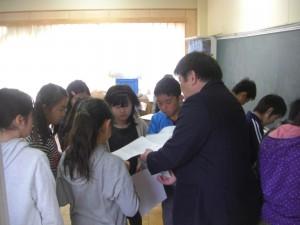 教頭先生から説明を受ける子どもたち(9:00)