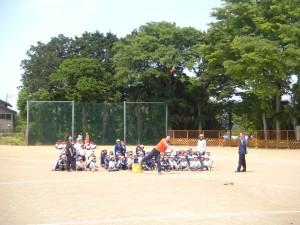 体育主任の模範演技と見つめる2年生の子どもたち(10:30)