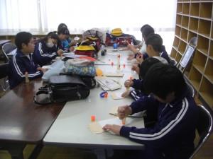 各家庭に配布するベルマークの袋を作るエコ委員会の子どもたち(15:20)