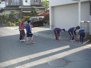 ゴミ拾いをする5年生の美化委員会の子どもたち(7:50)