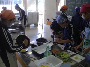 協力し合いながら調理を進める6年生(9:30)