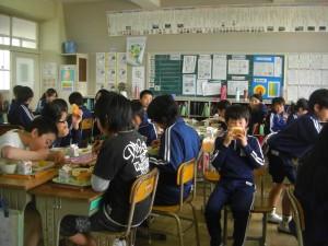 「もぐもぐタイム」静かに食事をする6年生【6年・井上さん撮影】(12:30)