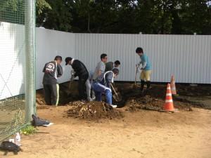 堆肥保管用の穴掘り(7:50)