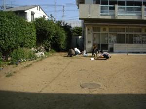 中庭の除草作業(7:50)