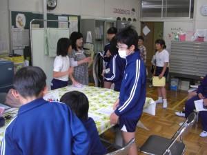 まもなく清潔検査 検査の用意をする保健委員会の子どもたち(8:05)