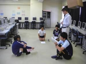 まもなく収録が始まります。原稿を再確認する本校職員と6年児童(13:05)