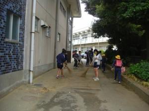 体育館脇通路をきれいにする美化委員の子どもたち(8:00)